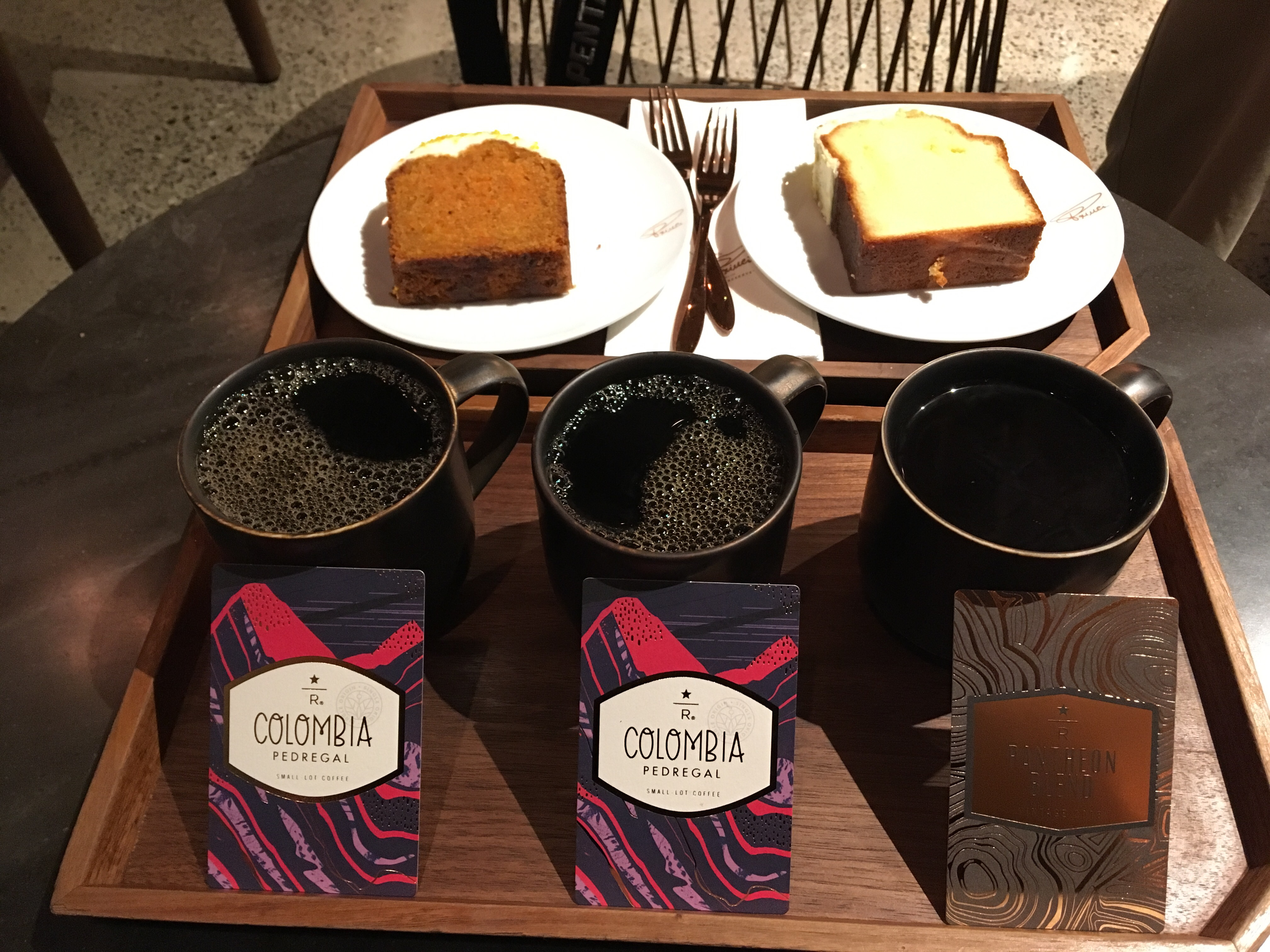ケーキは左がキャロットケーキ、右がレモンのパウンドケーキ